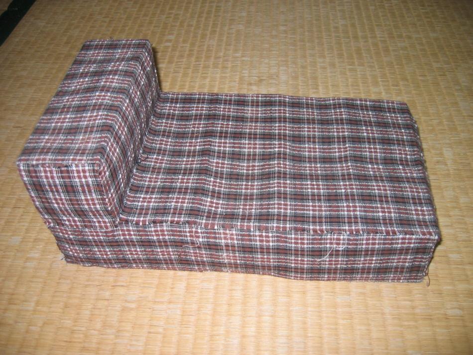 krovatka-dlya-kukol-s-chehlom-iz-tkani Домик и мебель для кукол своими руками из картона: схема, выкройка, фото. Как сделать кровать, диван, шкаф, стол, стулья, кресло, кухню, холодильник, плиту, коляску для кукол из картона своими руками