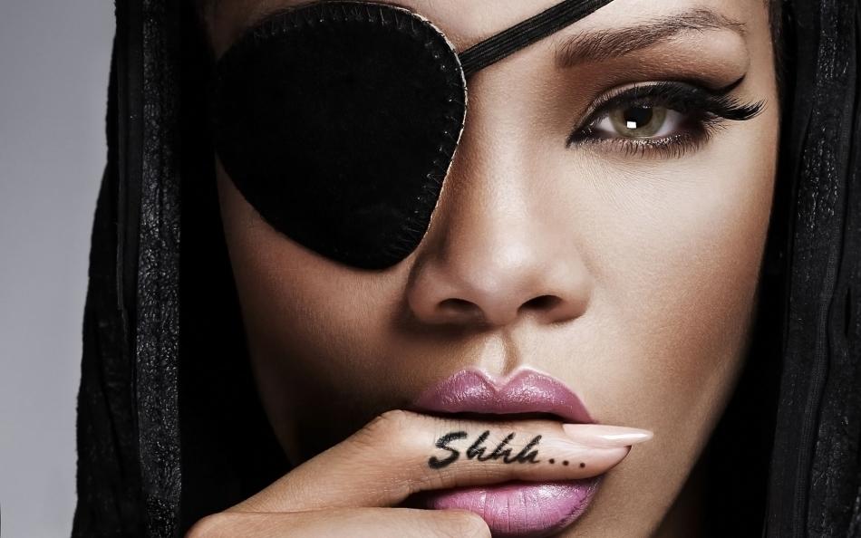 Татуировка на пальце в виде надписи у певицы рианны