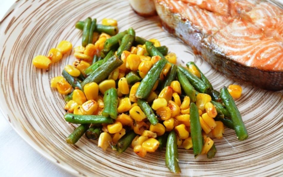 Гарнир из спаржевой фасоли и сладкой кукурузы к рыбе.