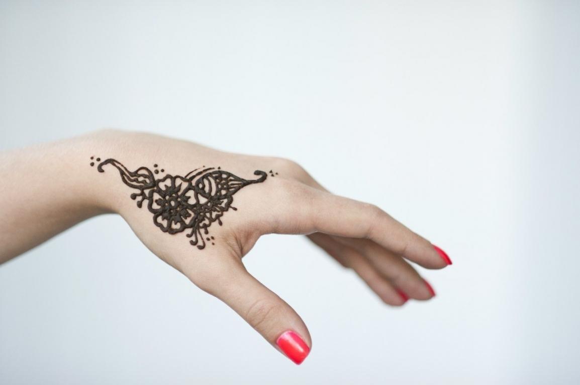 Коррекцию линии богатства можно осуществить хной, которая применяется для татуировок