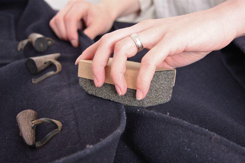 Народные способы очищения пальто от катышек
