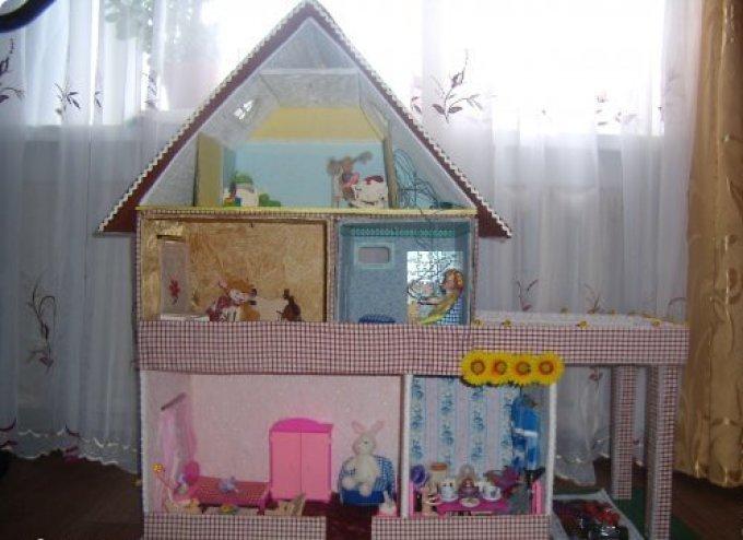 Красивый дом для игрушек из коробок.