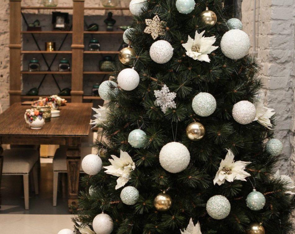Красивое украшение елки в бело-золотом цвете: идеи, пример, фото