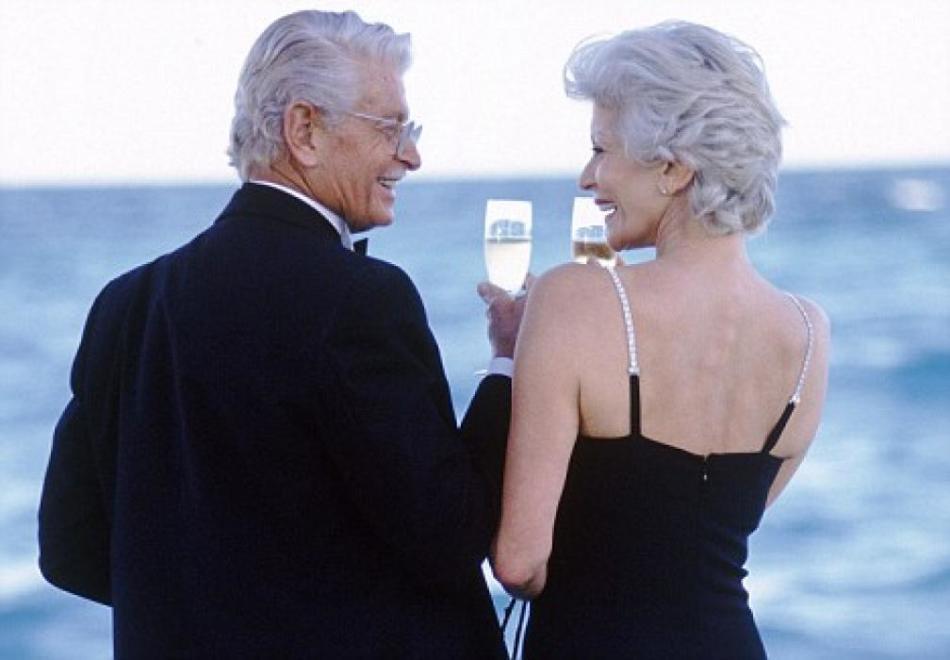 Седые мужчина и женщина у моря