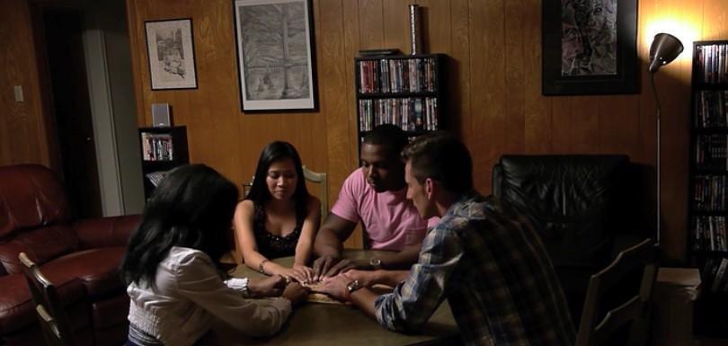 Сеанс с доской уиджа лучше проводить группой участников.