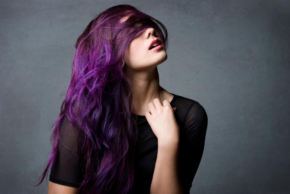 Красивый яркий фиолетовый тон прядей на длинных волосах