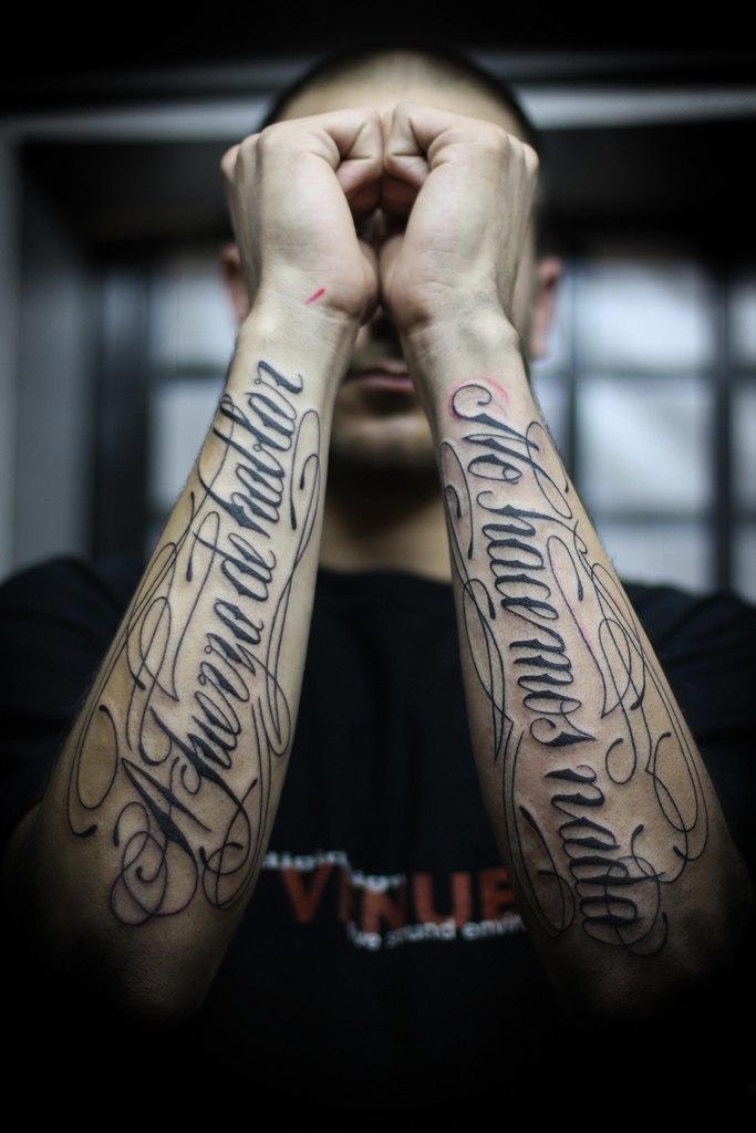 На предплечье и плече есть где разгуляться в плане размещения тату-надписей
