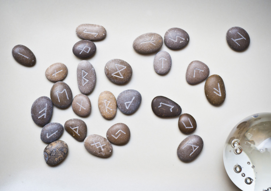 Руны из камней