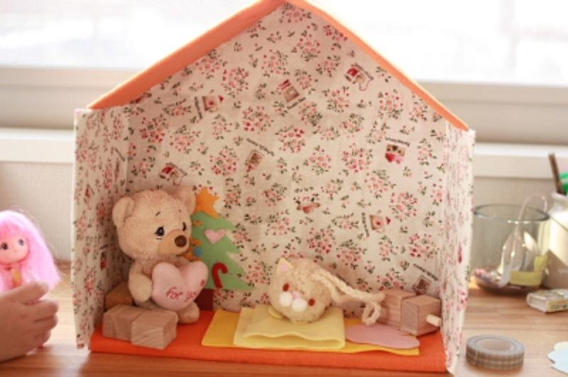 uyutnii-domik-iz-kartona-dlya-kukol Домик и мебель для кукол своими руками из картона: схема, выкройка, фото. Как сделать кровать, диван, шкаф, стол, стулья, кресло, кухню, холодильник, плиту, коляску для кукол из картона своими руками
