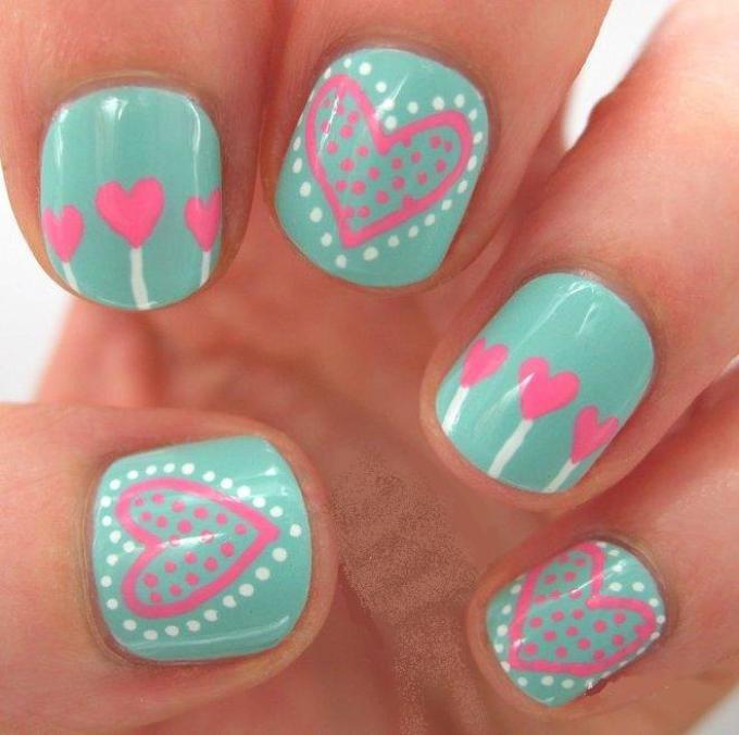 Летний маникюр на маленькие ногти с розовыми сердечками