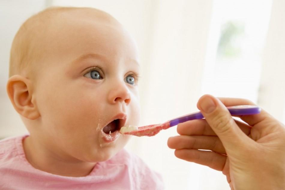 Введение прикорма может стать причиной возникновения зеленого поноса у ребенка