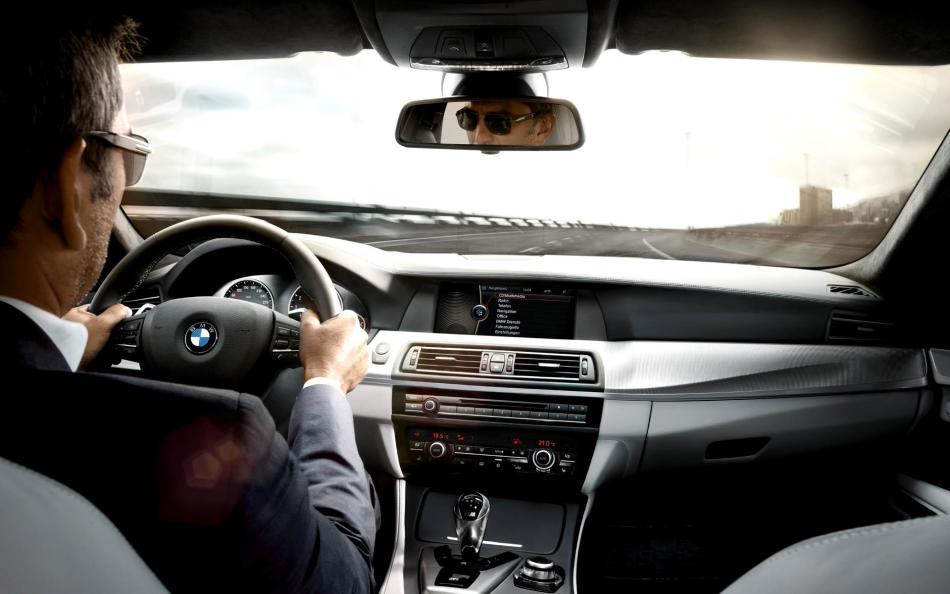 Дальняя дорога на машине снится к волнениям и переживаниям