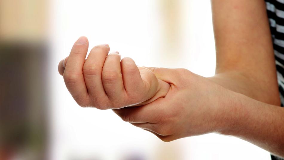 Утром болит кисть руки, девушка ее разминает