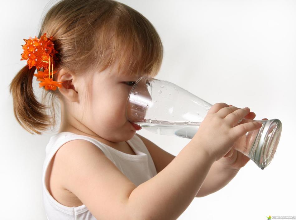 Ребенка необходимо много поить, чтобы не допустить обезвоживания