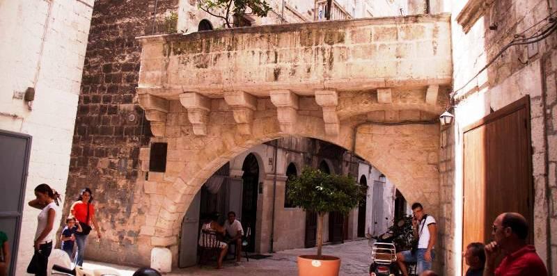 Улица в старом городе бари, апулия, италия