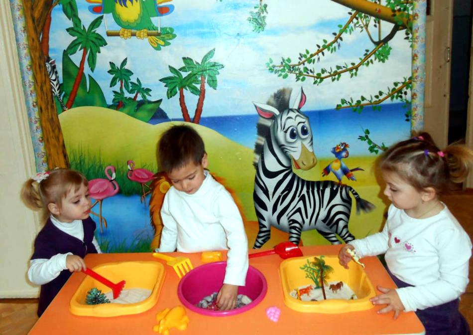 Дети играют с цветными игрушками