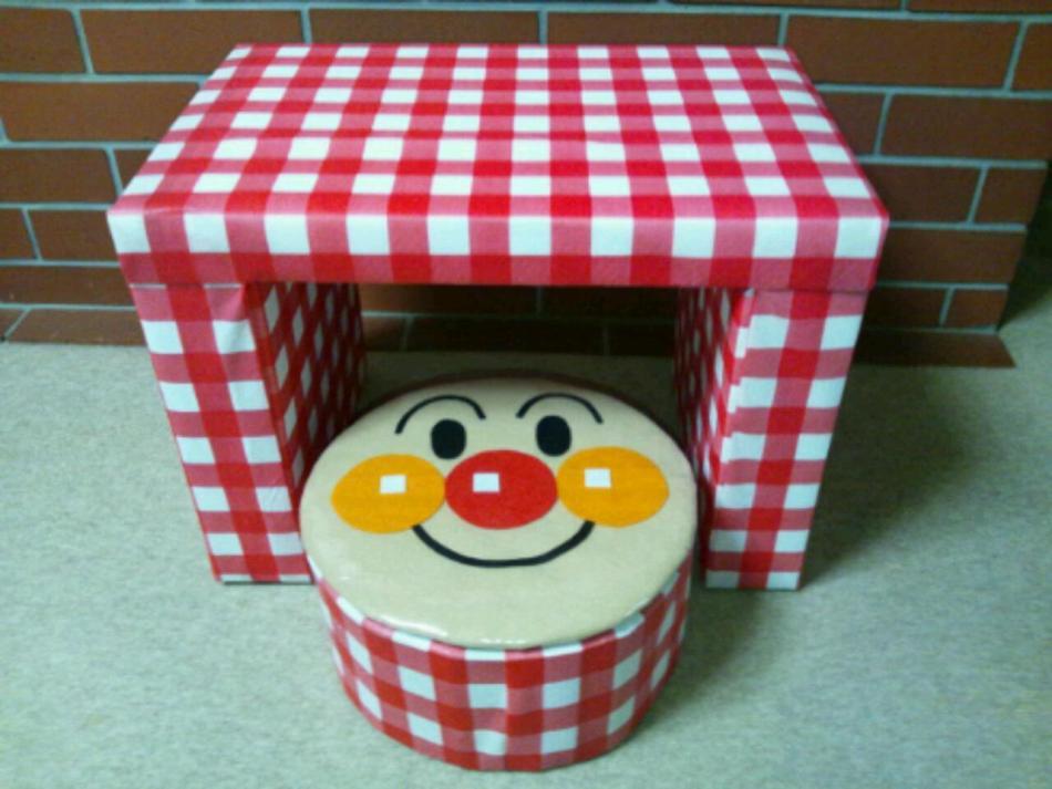 stol-dlya-kukol-okleennii-oboyami-ili-samokleyasheisya-plenkoi Домик и мебель для кукол своими руками из картона: схема, выкройка, фото. Как сделать кровать, диван, шкаф, стол, стулья, кресло, кухню, холодильник, плиту, коляску для кукол из картона своими руками
