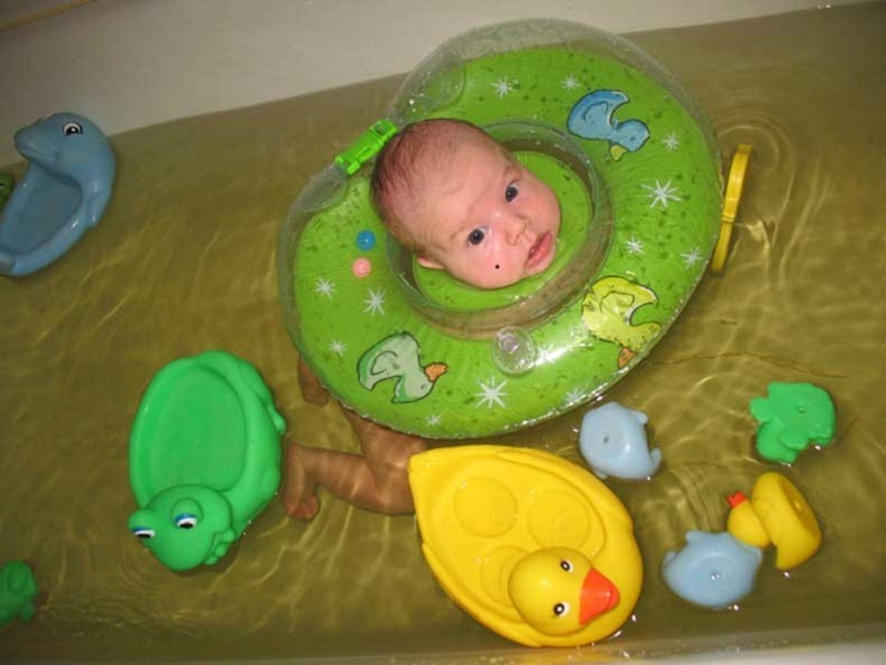 Используйте детские игрушки, чтобы привлечь внимание малыша