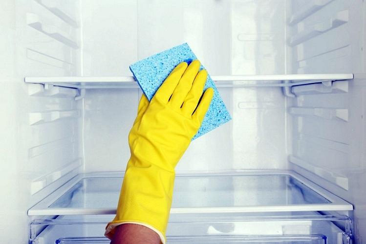 Периодически притирайте полочки, дабы избежать неприятного запаха