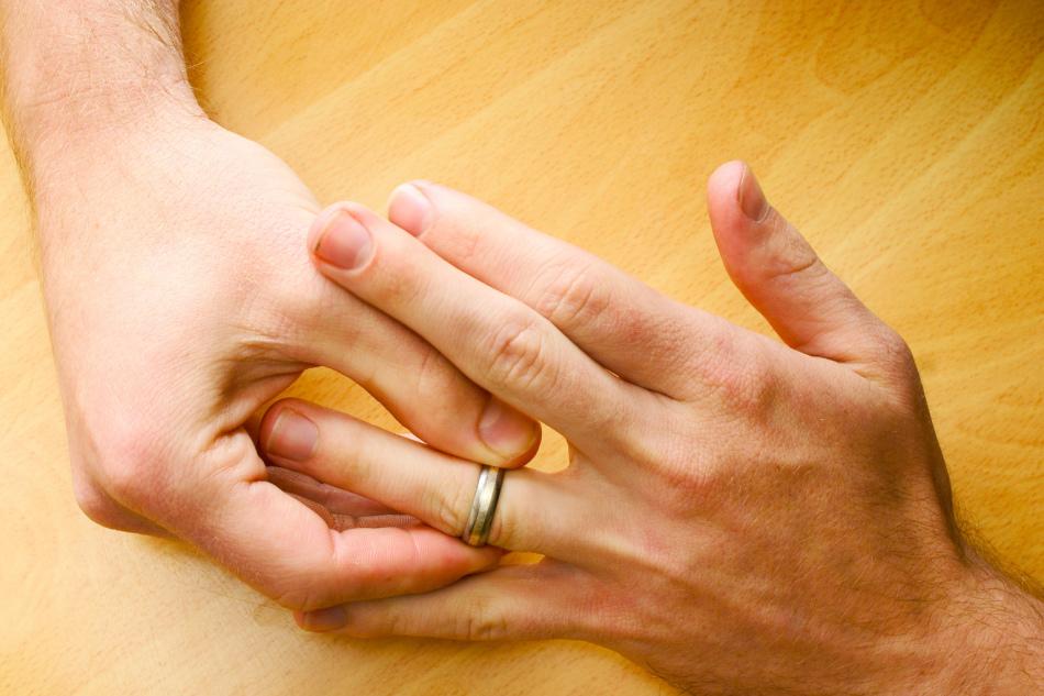 Снимать кольцо необходимо периодически