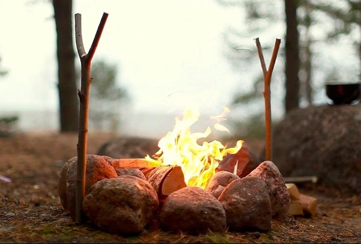 Запах дыма не любит ни одно насекомое, а его легко можно разжечь на дачном участке