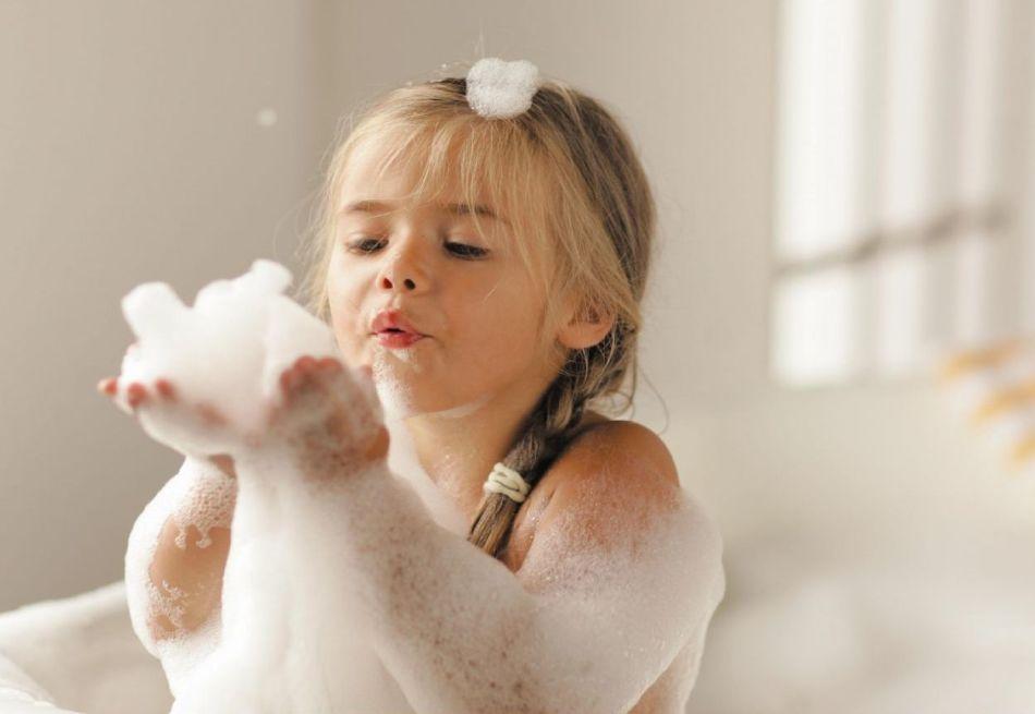 Дети обожают играть в пенной ванне