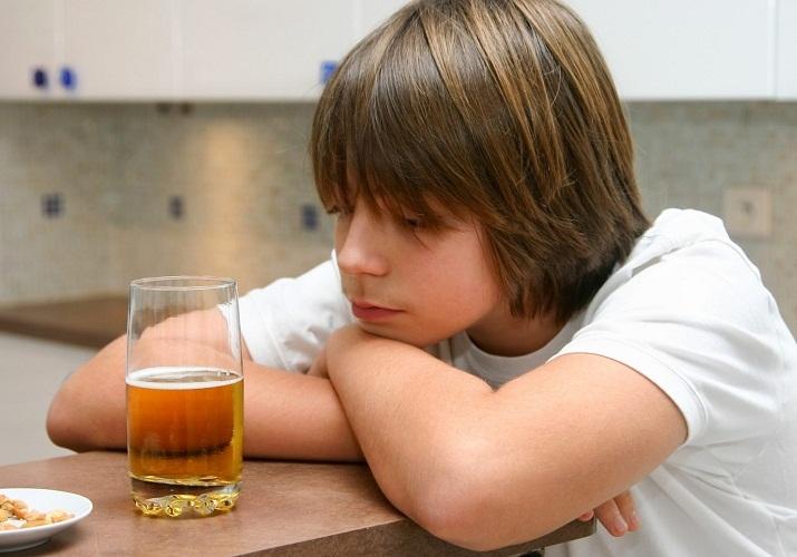 Подросткам и несовершеннолетним пиво противопоказано даже в малых дозах