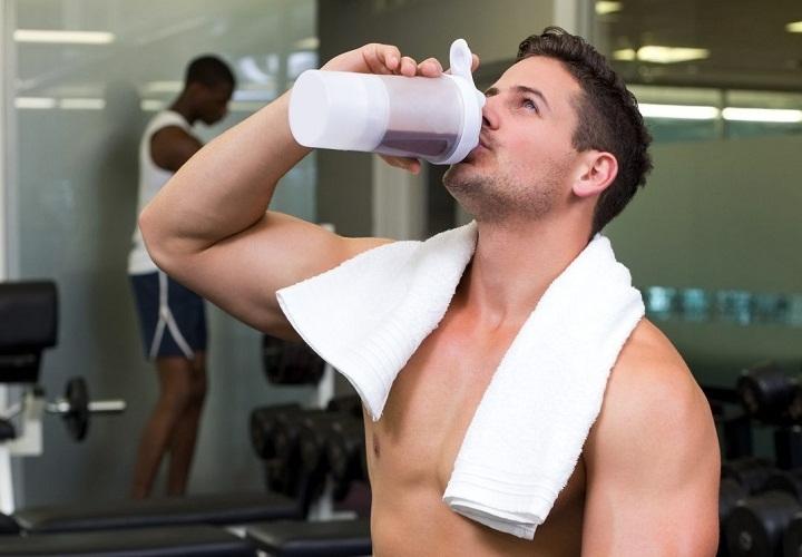 Протеины могут приносить пользу организму, но и негативно заказываться на здоровье пр неправильном употреблении