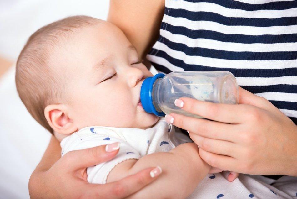 Малыш пьет компот