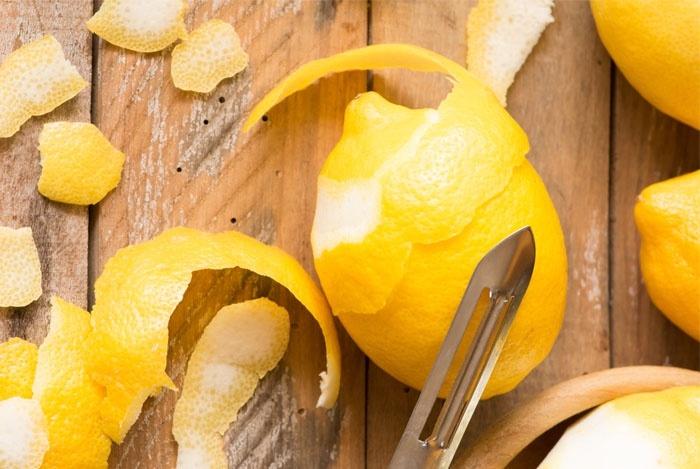 Снимите с лимонов кожуру при помощи специального ножа