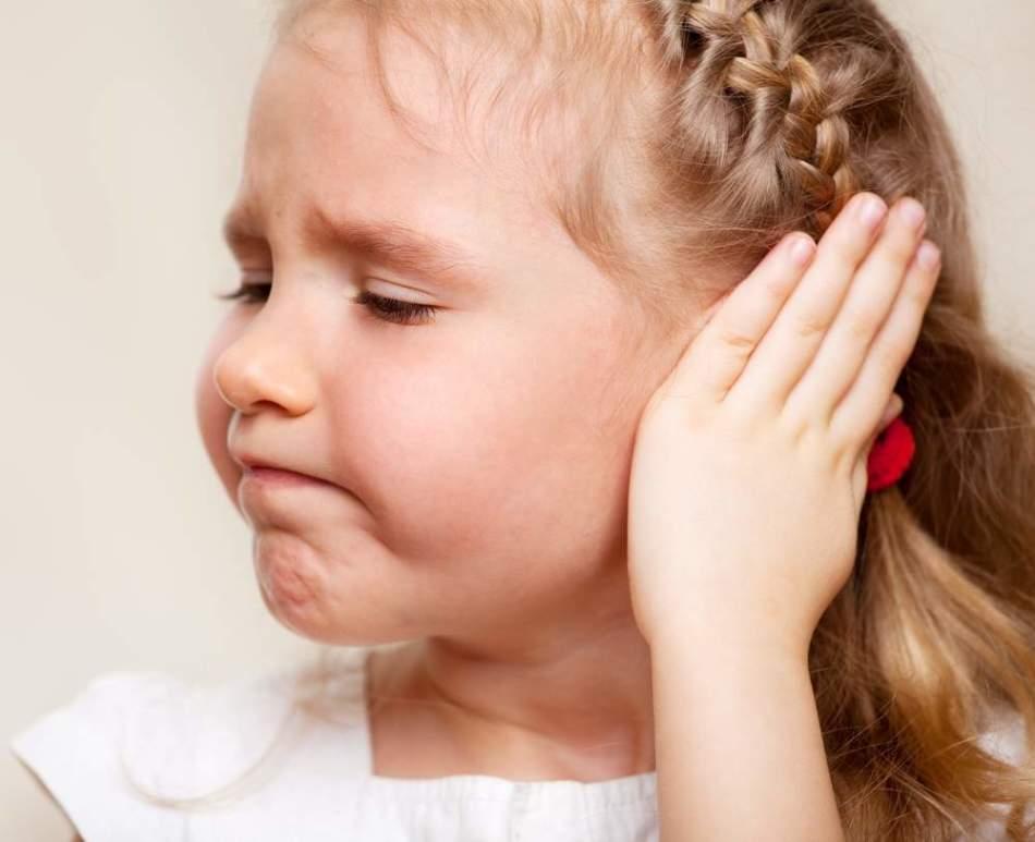 Основной симптом острого среднего отита у ребенка - интенсивная боль в ухе