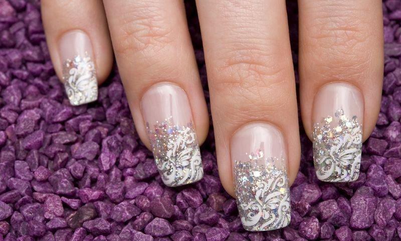 Летний френч с рисунком и узором на ногтях для свадебного образа