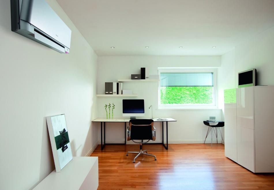 Комната квартиры с кондиционером на стене