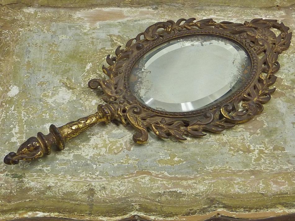 Выбрасывать старое зеркало нужно тогда, когда луна идет на убыль