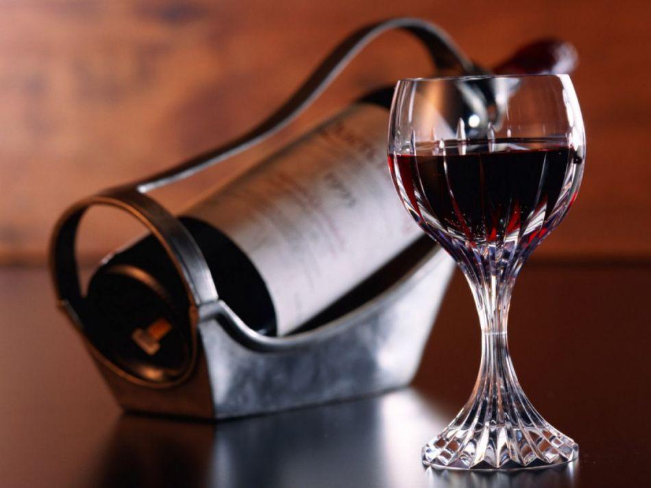 Бокал и бутылочка грузинского вина кинзмараули