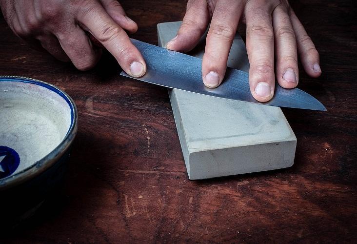 Заточка лезвия ножа на бруске