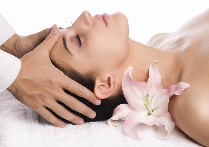 Массирование кожи головы и лица помогает расслабиться