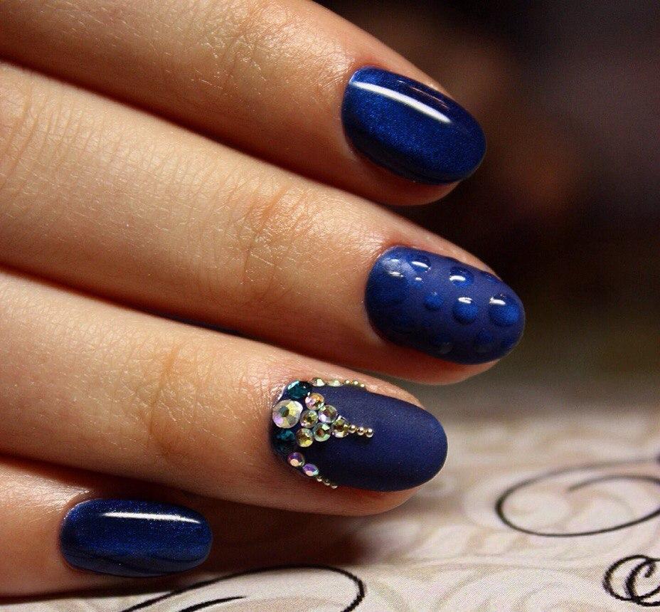 Маникюр синим и золотым лаком