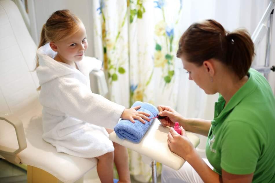 Быстро отрастить ногти ребенку можно при помощи специальных аптечных средств