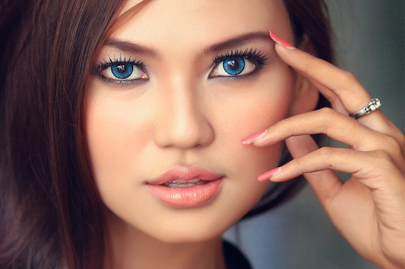 Темные глаза с темными волосами