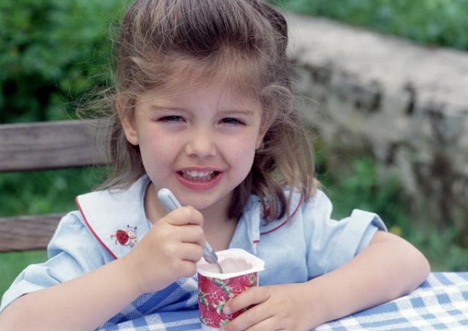 В первую неделю после тонзиллэктомии врачи рекомендуют принимать в пищу преимущественно прохладные кисломолочные продукты