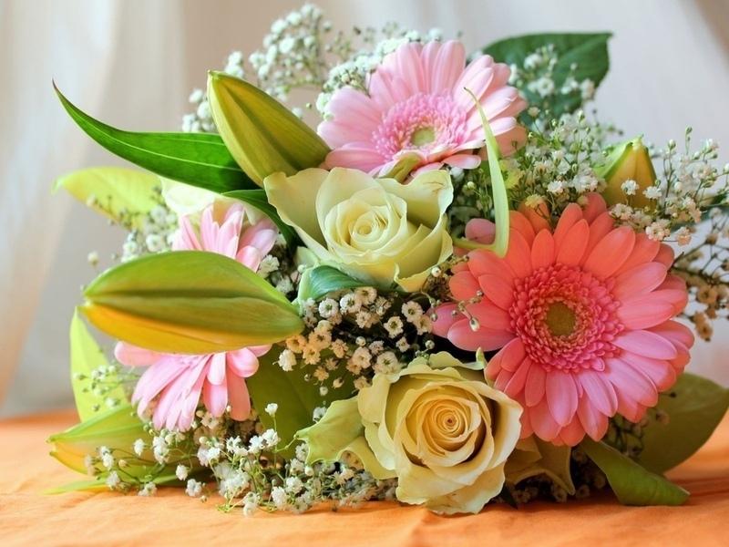 Из гербер и других цветов можно скомпоновать изысканный букет невесты