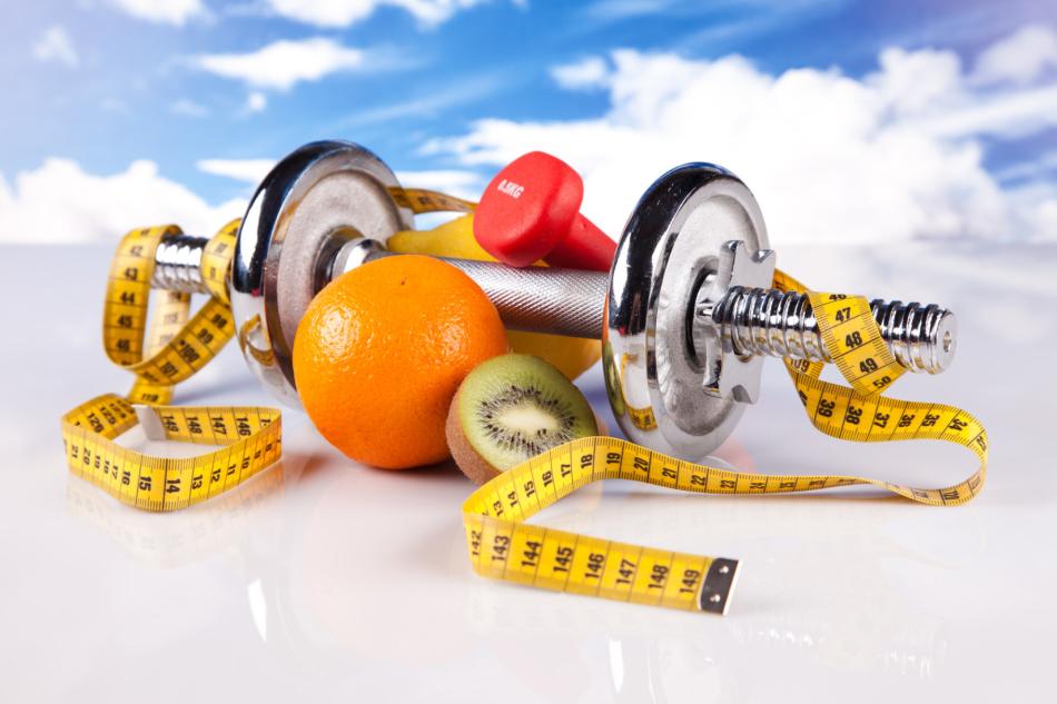 Снаряд для тренировки на похудение, мерная лента и фрукты, полезные после занятий в спортзале