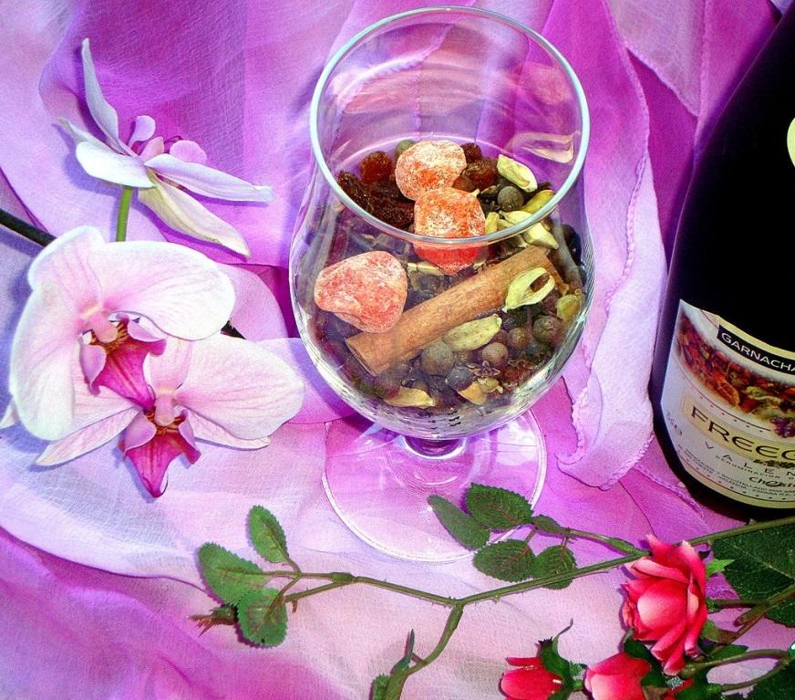 Помимо виноградного сока и вина понадобятся кумкват, чернослив, изюм, имбирь, кардамон, душистый перец и гвоздика, корица