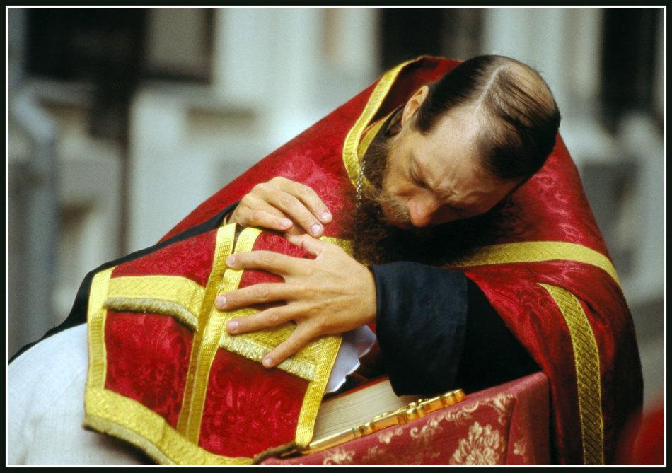 Батюшка помогает во время исповеди правильно называть грехи