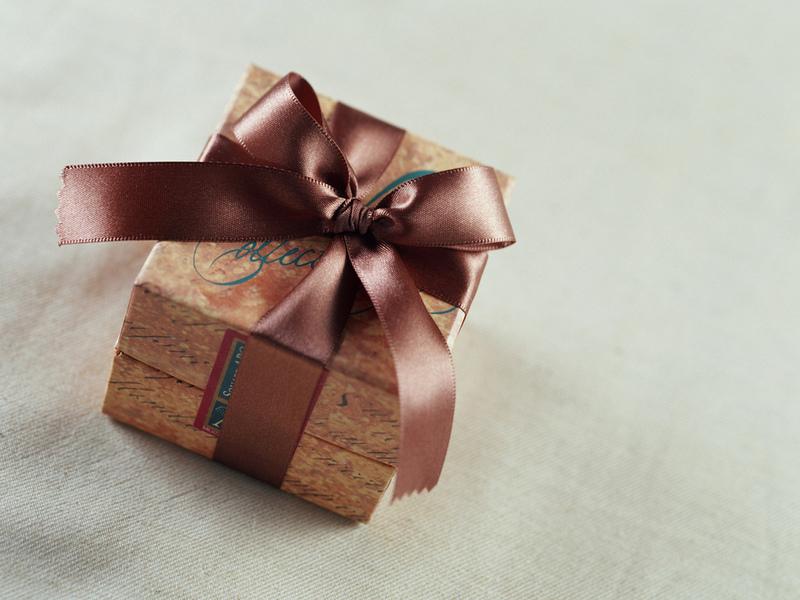 Подарок, упакованный лентой