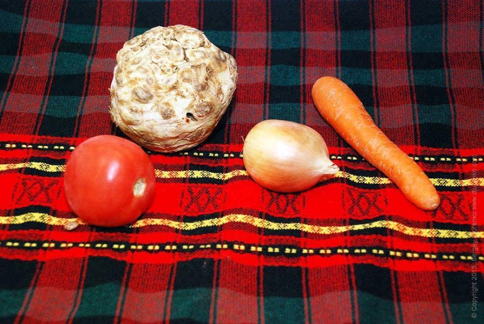 Ингредиенты в одном количестве для приготвления приправы из корня сельдерея на зиму