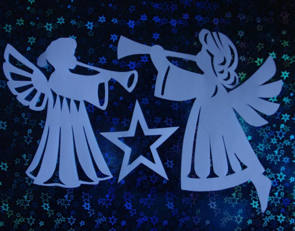 Пара ангелочков приклеены на стекле