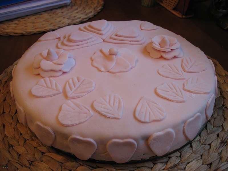 tort-ukrashennii-mastikoi-iz-marshmellou Украшение торта своими руками в домашних условиях