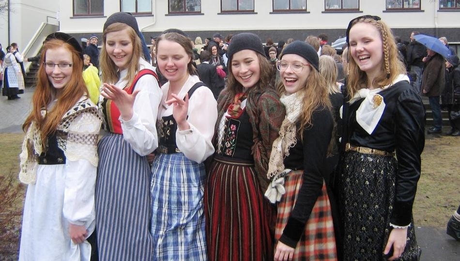 Школьницы исландии в национальных костюмах